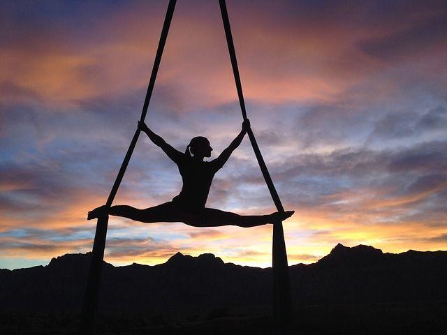 Aero (flying) jóga – co je to a proč ji zkusit?
