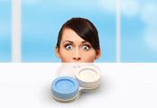 Kontaktní čočky a sprchování či koupání – to k sobě nepasuje