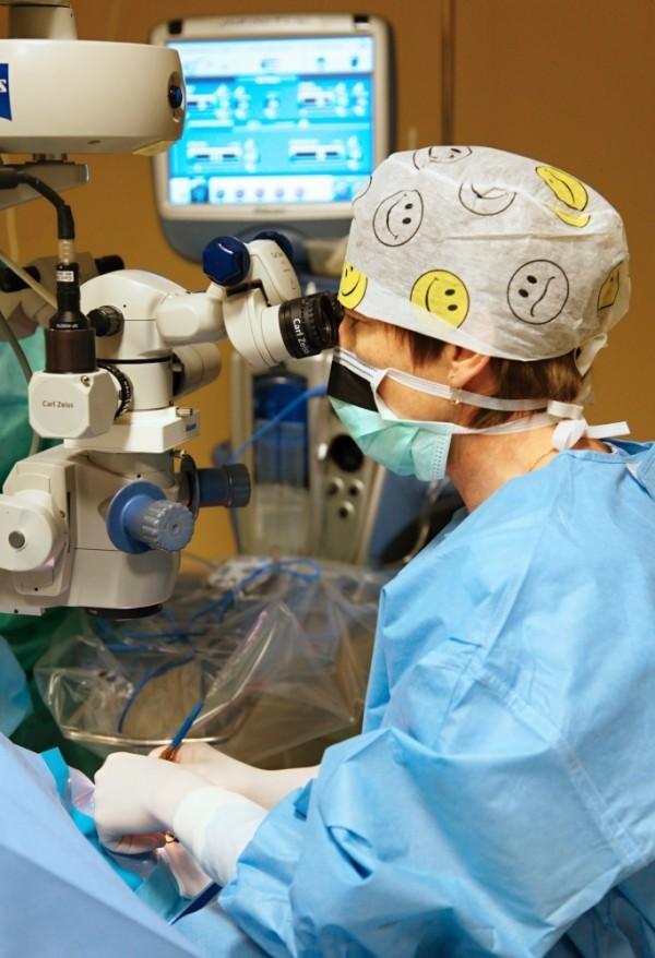 Operace šedého zákalu trvá pár minut. Jen se kní odhodlat