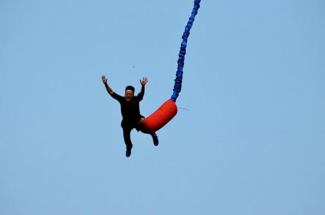 Potřebujeme vživotě jistoty? Tomu, kdo skáče bungee jumping, bych tu gumu nařezával