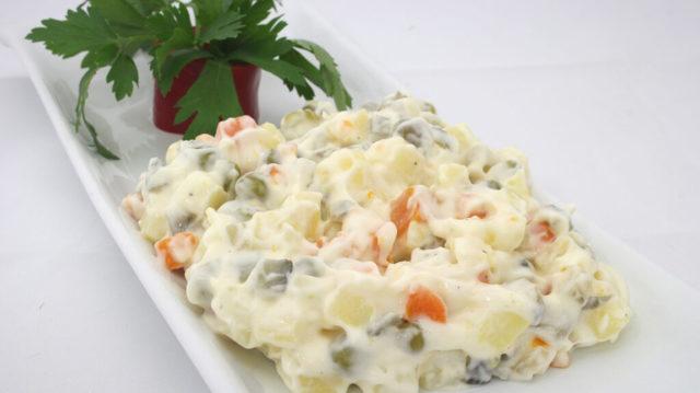 Cibuli do bramborového salátu je třeba přelít vodou