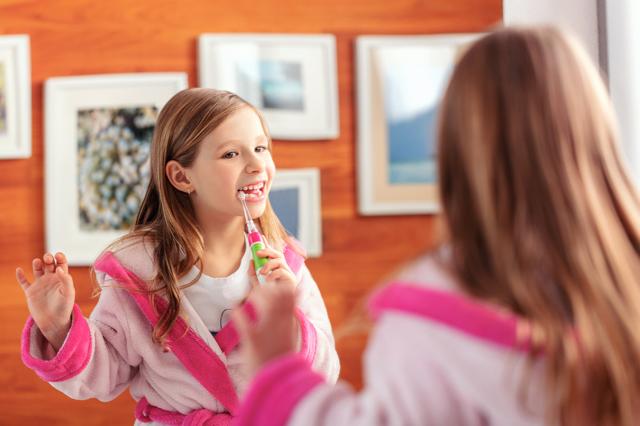 Srovnátky si musíte čistit zuby lépe než před tím