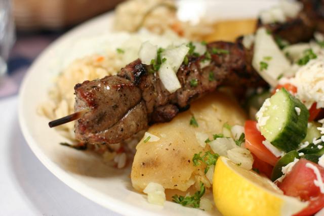 Jídlo na dovolené vŘecku: turisté místo souvlaki jedí nejlevnější salát