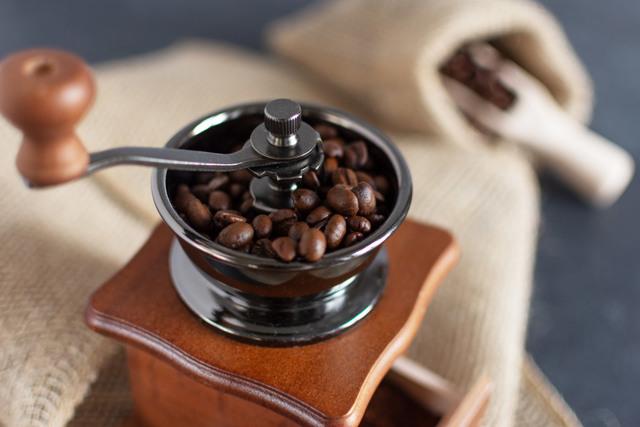 Jak a včem namlít kávu, aby chutnala