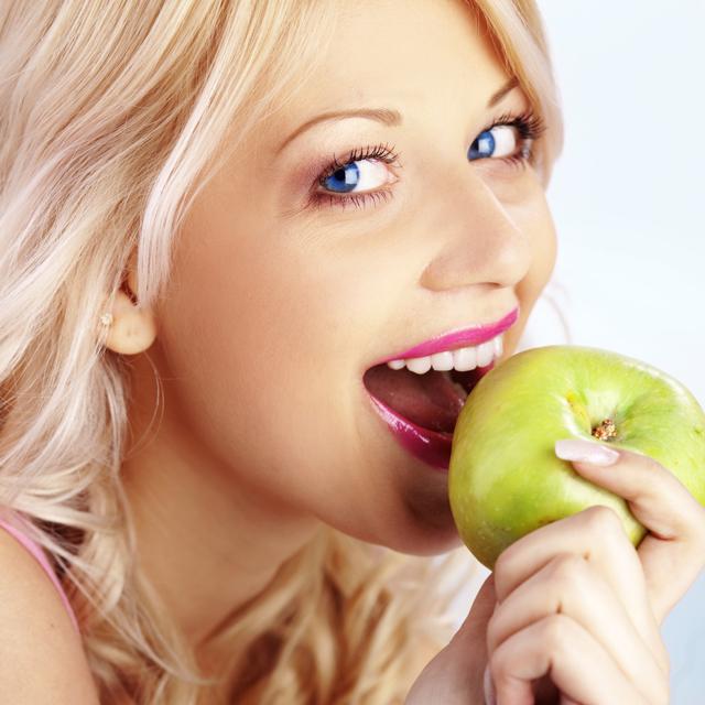 Šťávy a džusy obsahují kyseliny, jež rozleptávají zubní sklovinu