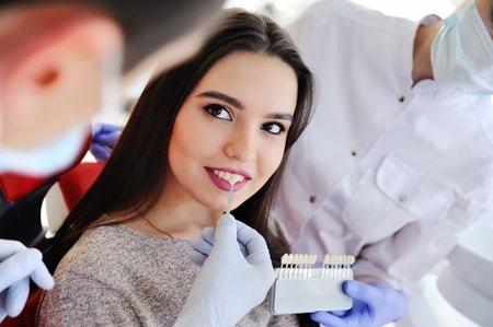 Kdy zubař využije kompozitní výplň a kdy keramiku?