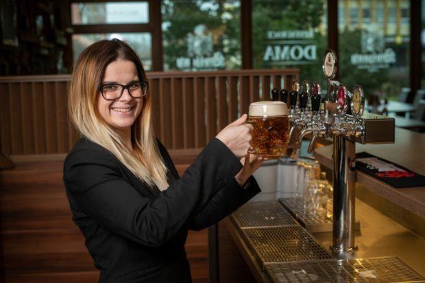 Koukejte hospodskému pod ruce. Čepuje pivo správně?