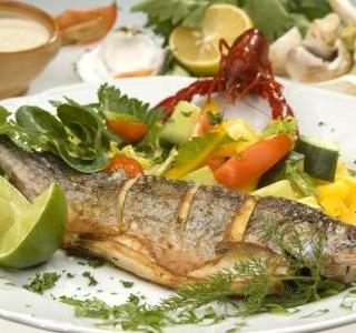 Čerstvé ryby na grilu a uzení pstruzi na trzích