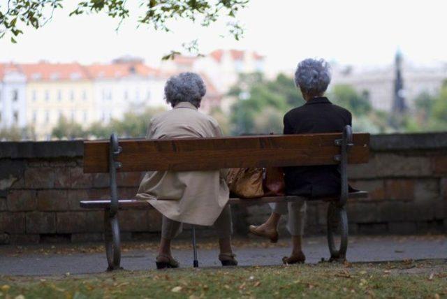 ČSSD slibuje vyšší porodné, důchody i nemocenskou