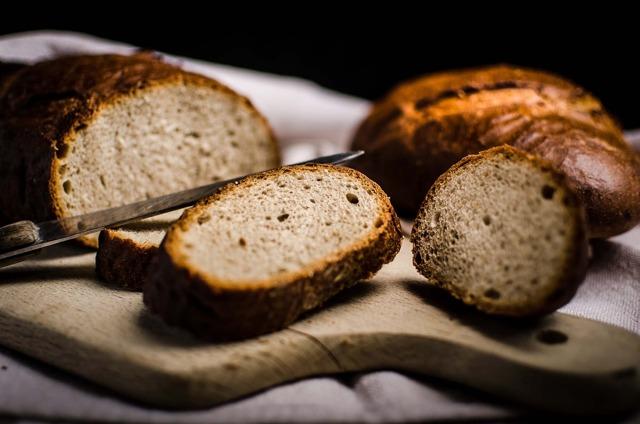 Porovnejte: domácí celozrnné pečivo a výrobky ze supermarketu