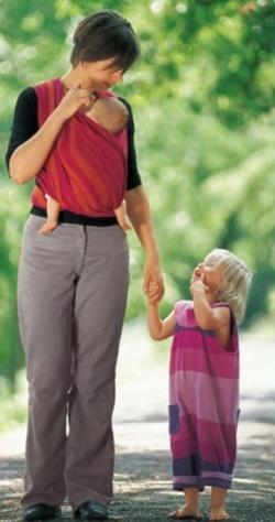 Neničíme dětem nošením v šátku páteř?