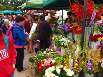 Škola vázání květin na farmářském trhu na Kulaťáku