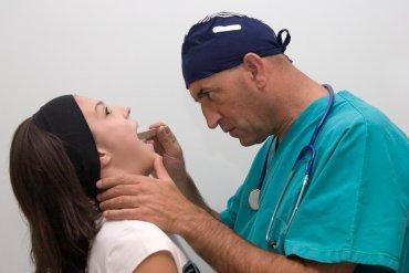 Při laryngitidě krk opuchne zevnitř