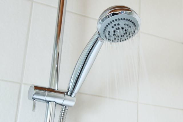 Ve sprchách žijí nebezpečné bakterie