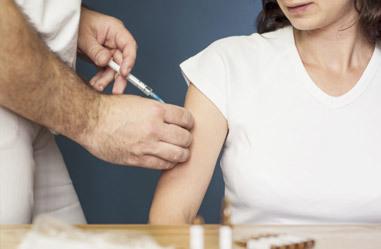 Sezónní chřipka každý rok zabíjí. Je dobré se očkovat?