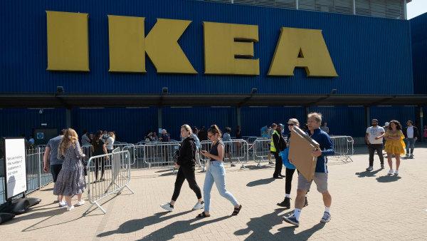 Češi v nákupech brzdí, obchodníkům znovu klesly tržby