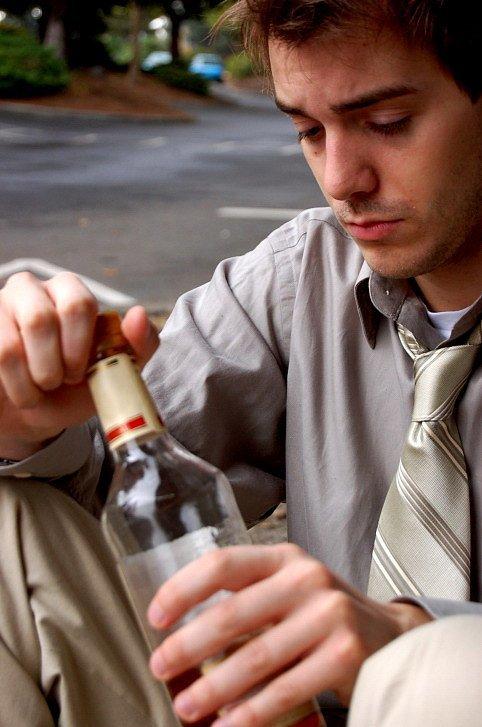 Pracujete dlouho? Hrozí vám závislost na alkoholu
