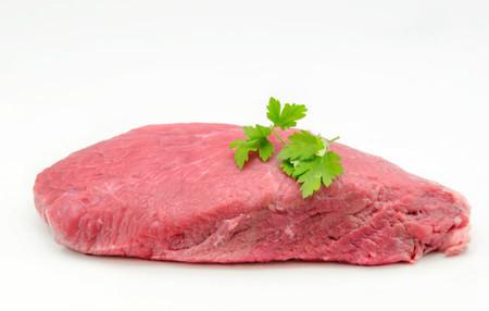 Červené maso bychom měli péct při nízkých teplotách. Bude lepší a zdravější