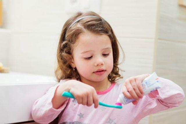 Je fluorid v zubní pastě škodlivý?