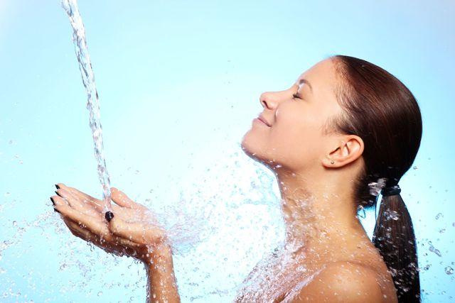 Sprchování studenou vodou a zdraví – dá se s ním hubnout?