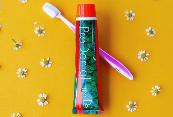 Zubní pastu s fluoridem nepolykejte!