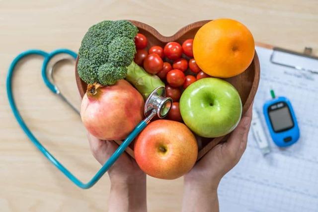 Co můžete jíst před spaním? Které potraviny si můžete dát? A které naopak nikdy nejíst?