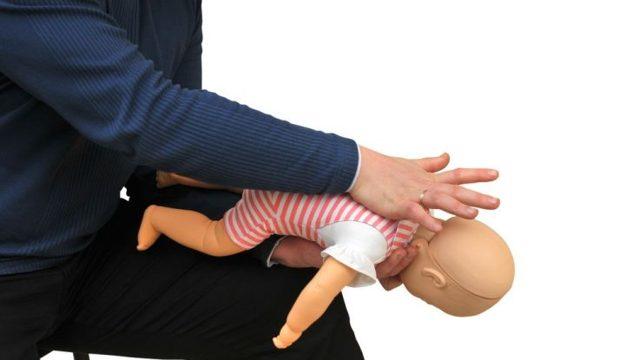 První pomoc, když se dítě dusí