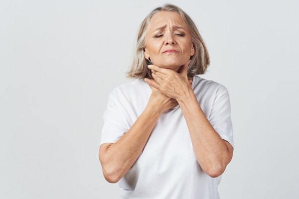 Angína (tonzilitida) – příznaky, příčiny a léčba